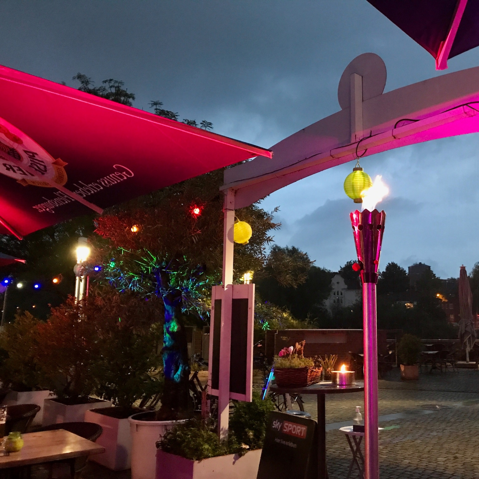 Restaurant-Wedel-Mühlenstein-Burger-Pizza-Brunch-Afterwork Außenansicht mit Fakeln
