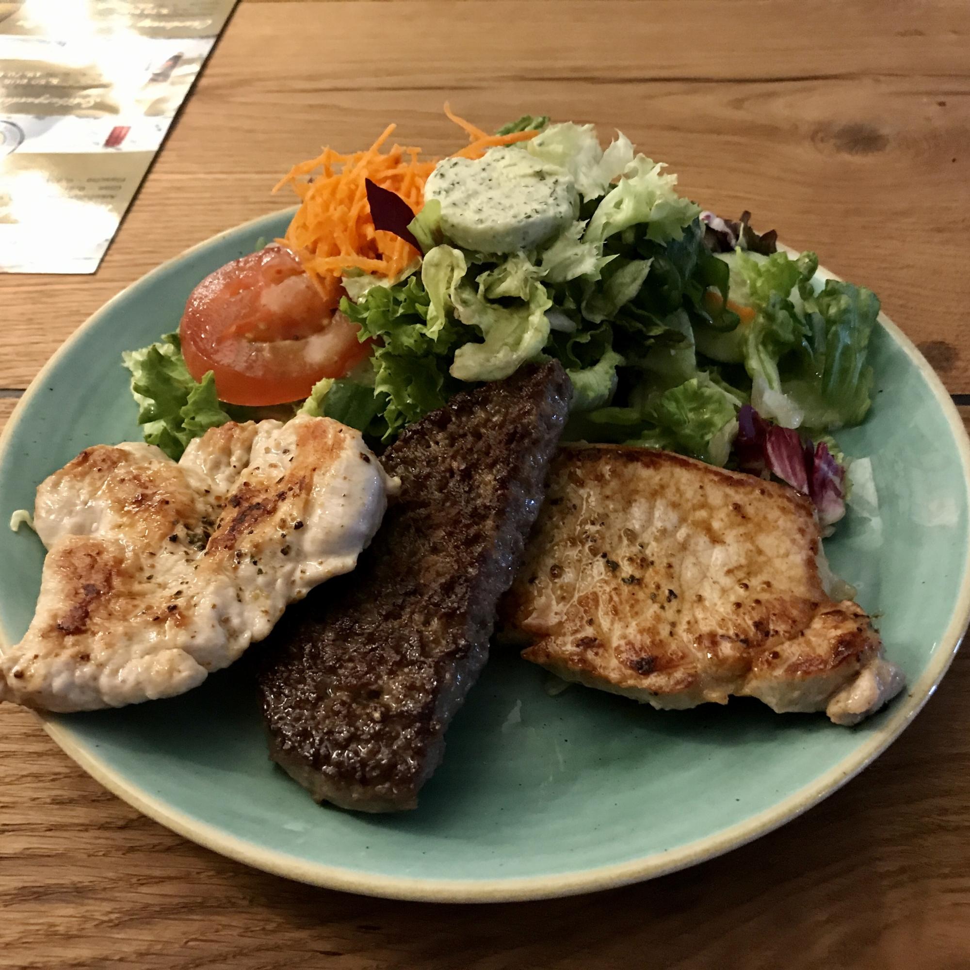 Restaurant-Wedel-Mühlenstein-Burger-Pizza-Brunch-Grillteller mit Salat